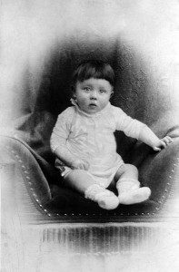 Bundesarchiv_Bild_183-1989-0322-506,_Adolf_Hitler,_Kinderbild_retouched